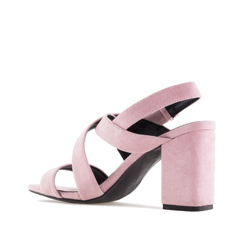 Nude väriset sandaalit.