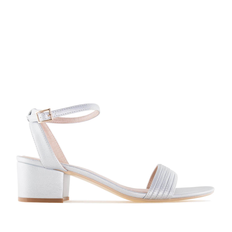 Jednoduché letní sandále na nízkém podpatku. Stříbrné.
