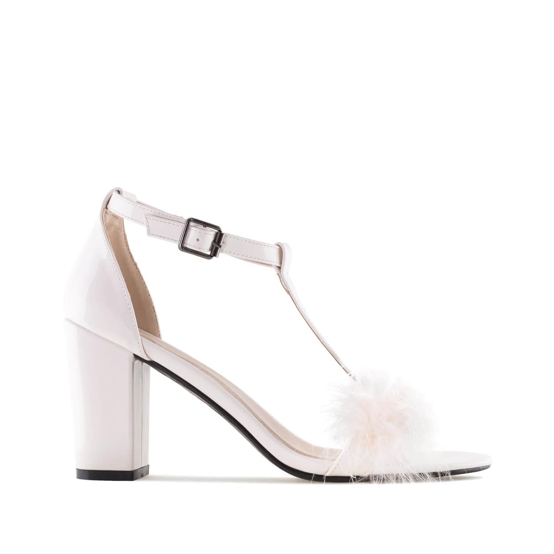 Lakovane sandale sa ukrasnim perjem, bež