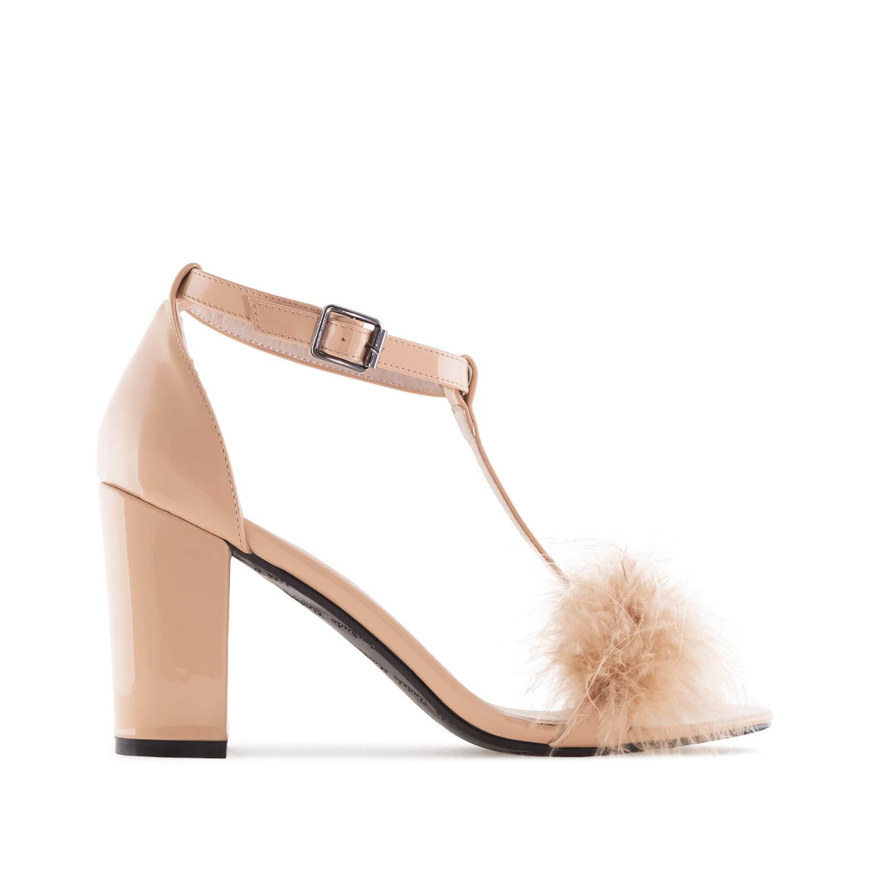 Lakovane sandale sa ukrasnim perjem, krem