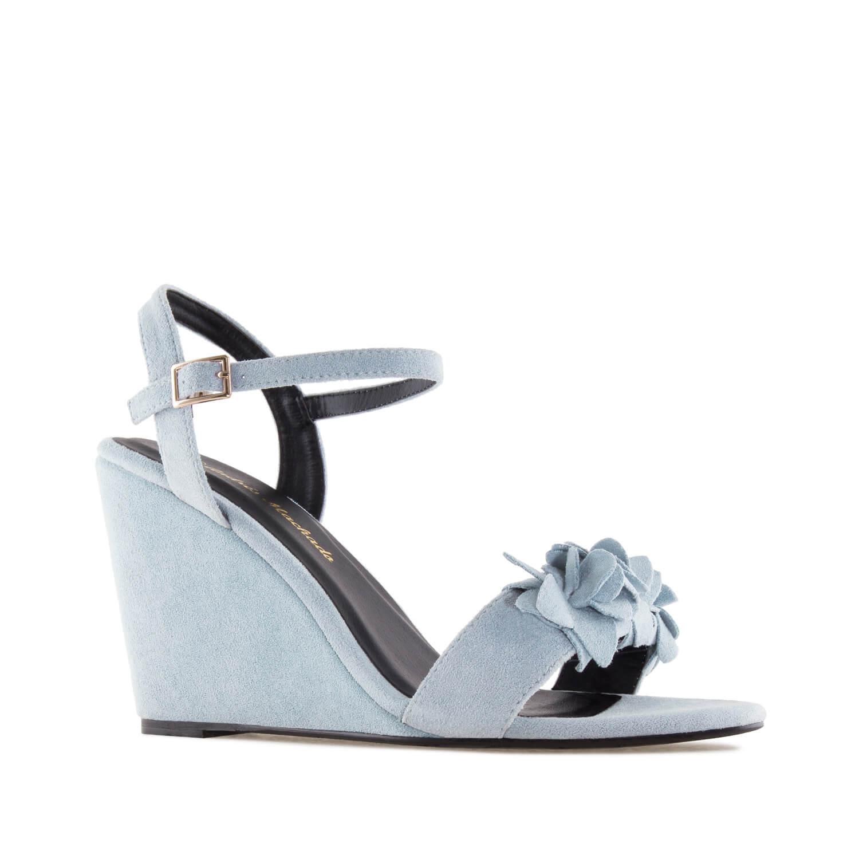 Celosemišové páskové sandále na klínu, ozdobné květy. Modré.