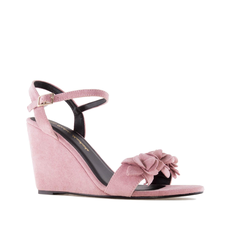 Celosemišové páskové sandále na klínu, ozdobné květy. Růžové.