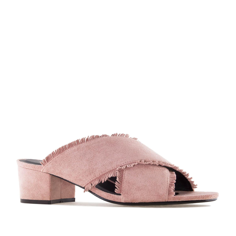 Nude väriset hapsutetut sandaalit.