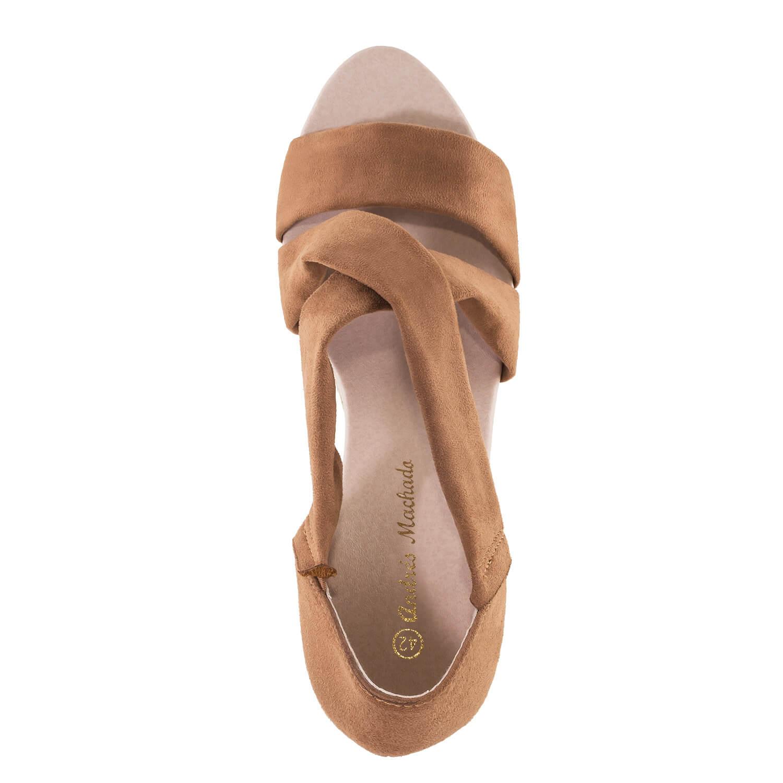 Elegantní páskové sandále na klínu. Semiš hnědý.
