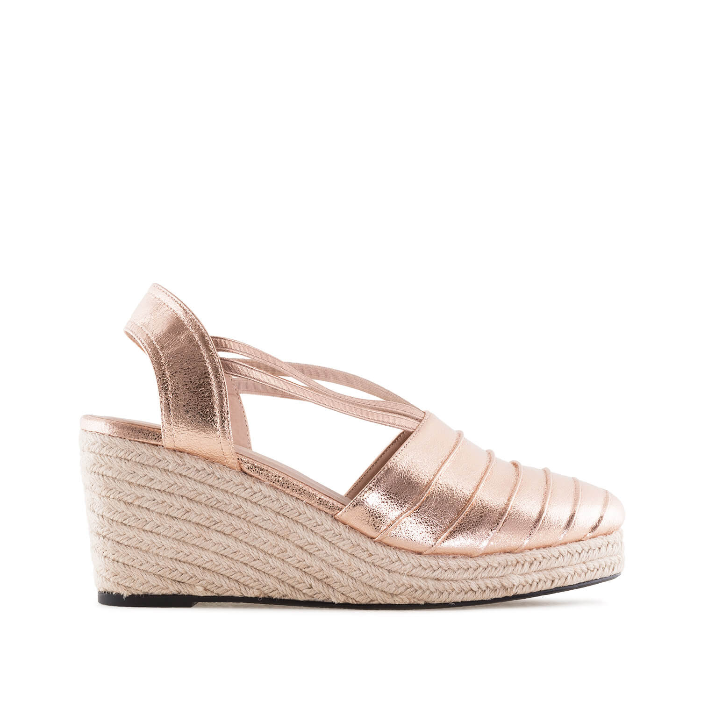 Kuparin väriset sandaalit.