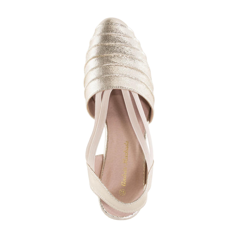 Kullan väriset sandaalit.