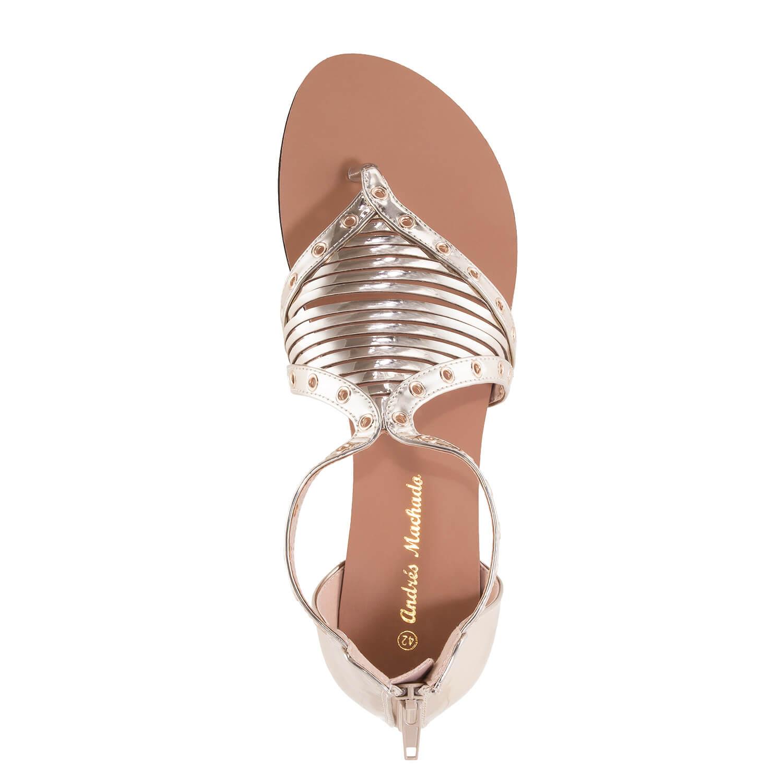 Kultaiset Roomalais tyyppiset sandaalit.