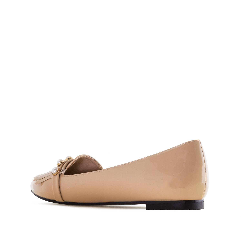 Beiget matalakantaiset kengät.