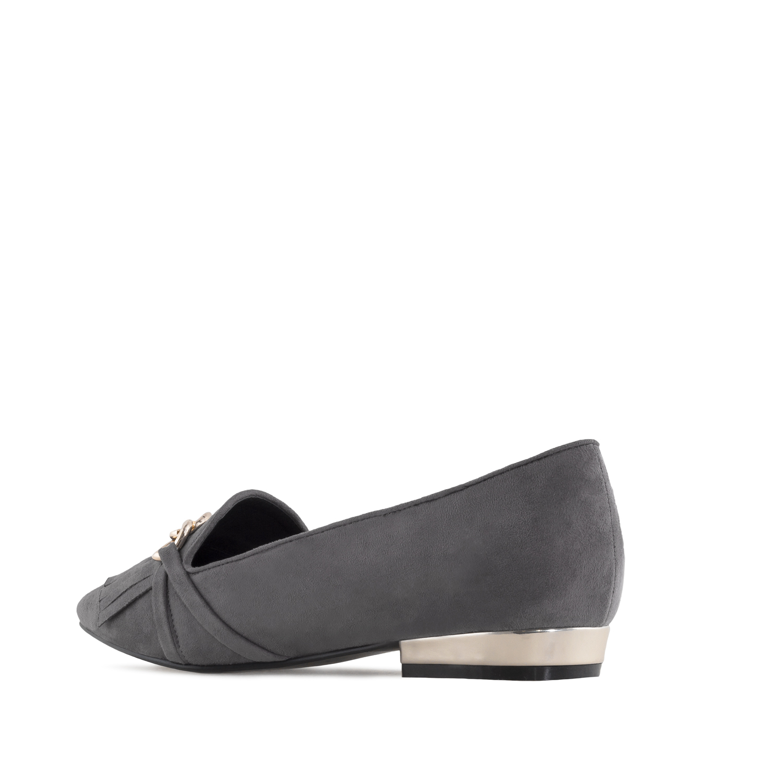 Harmaat matalakantaiset kengät.