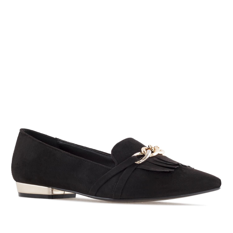 Mustat matalakantaiset kengät.