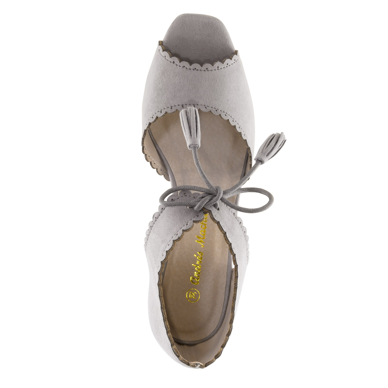 Harmaat sandaalit.
