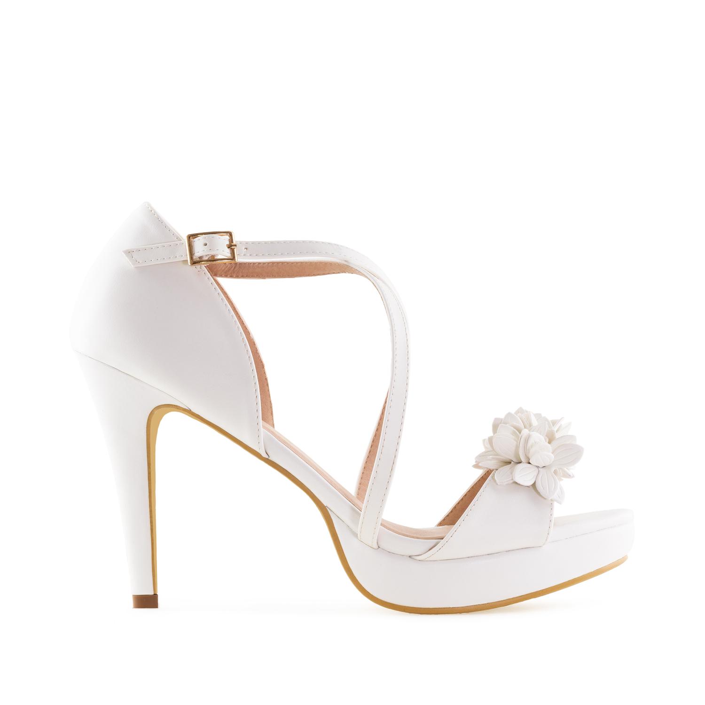 Elegantní páskové sandále s květy. Bílé.