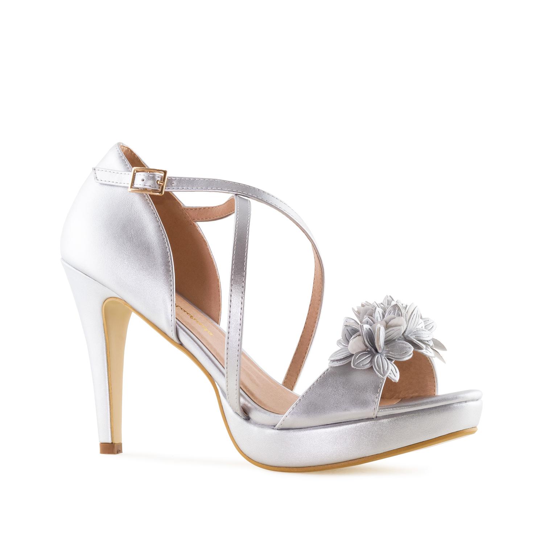 Elegantní páskové sandále s květy. Stříbrné.