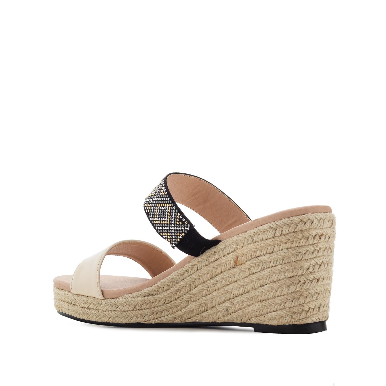 Páskové sandále na klínu, kamínky. Světle béžová.