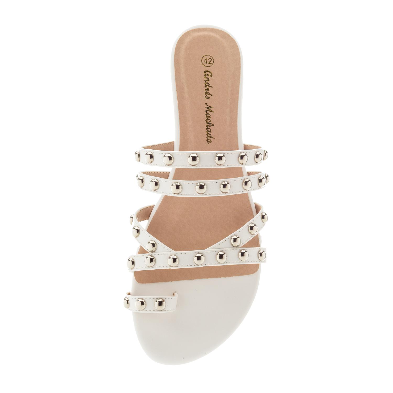 Valkoiset sandaalit.
