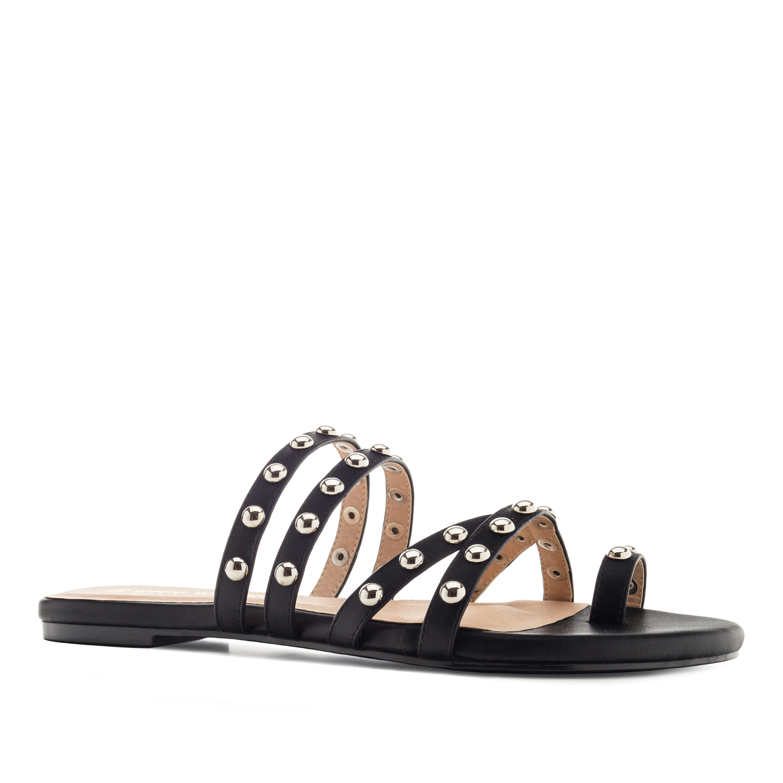 Mustat sandaalit.