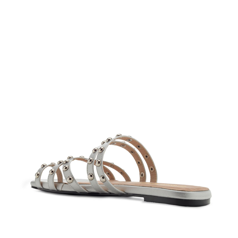Hopeiset sandaalit.