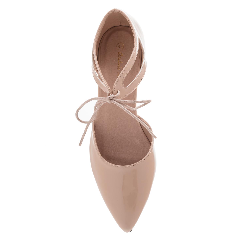 Ballerinas mit Schnürsenkeln aus beigem Lackleder