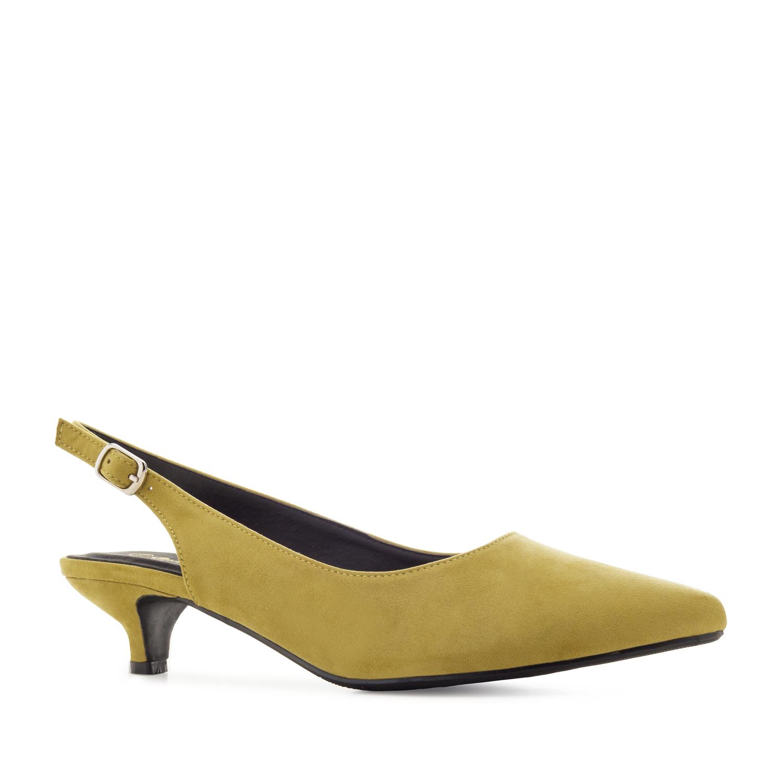 Keltaiset sandaalit.
