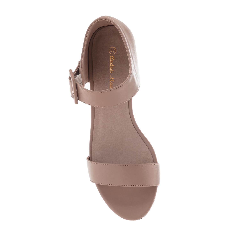 Beige kantakapillinen sandaali.