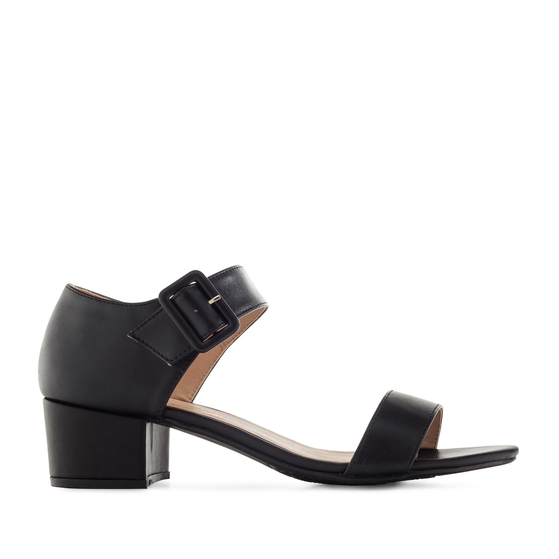 Musta kantakapillinen sandaali.