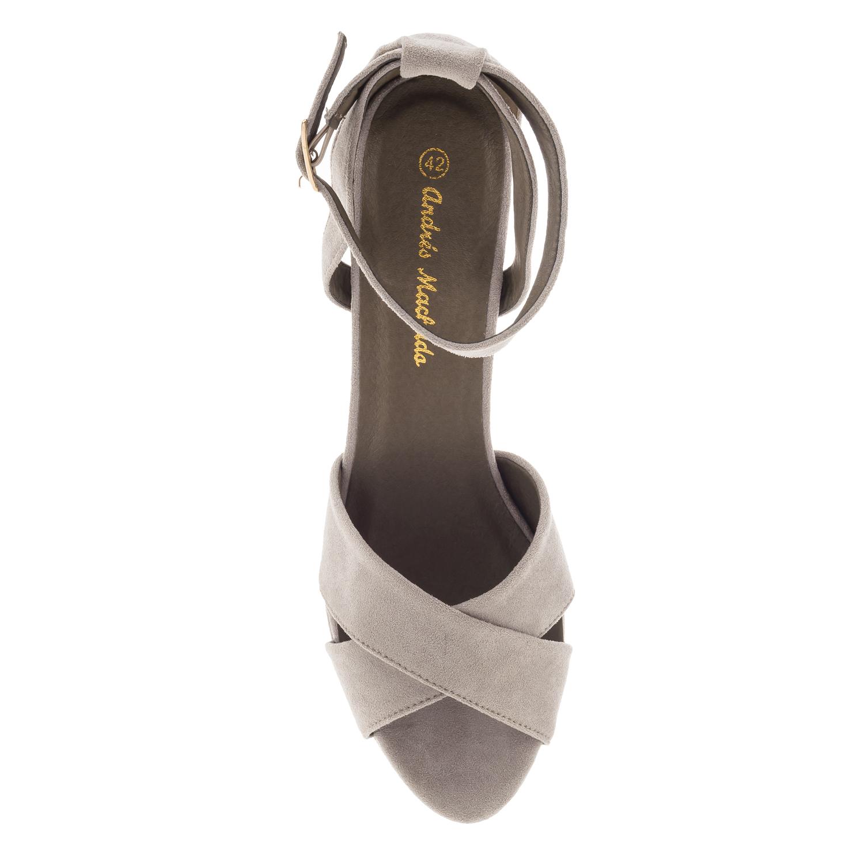 Harmaa risti/nilkkaremmi sandaali korokepohjalla.