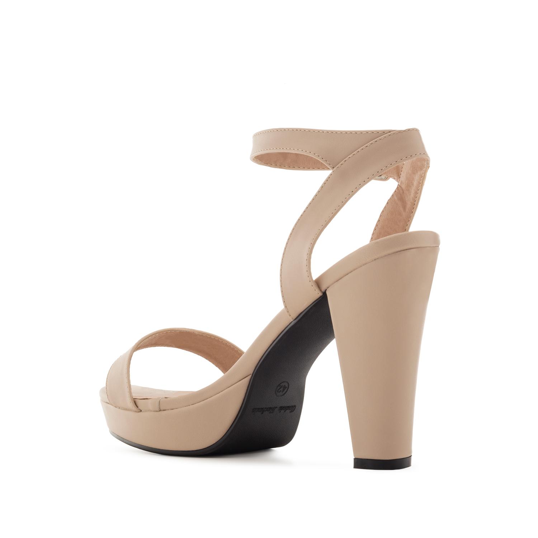 Beige korokepohja sandaali nilkkaremmillä.