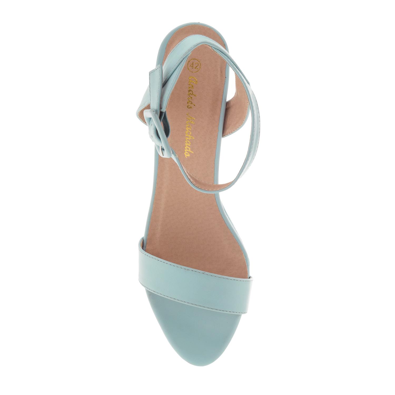 Sininen korokepohja sandaali nilkkaremmillä.