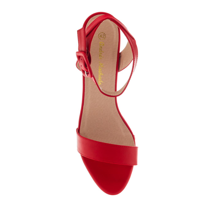 Punainen korokepohja sandaali nilkkaremmillä.