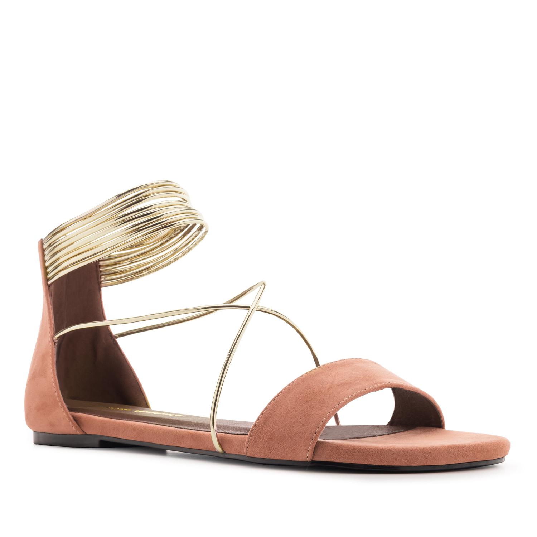 Korallin väriset sandaalit.