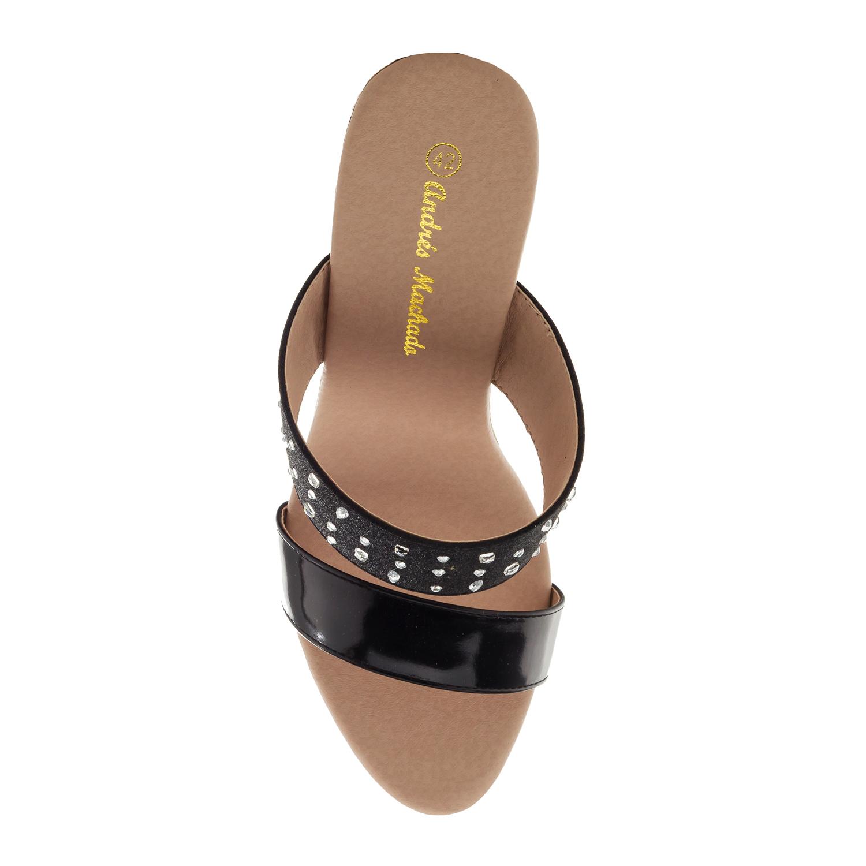 Pantofle na vysokém korkovém klínu. Lesklá černá.