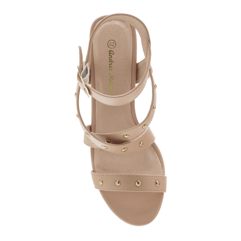 Páskové sandále na podpatku, cvočky. Béžové.