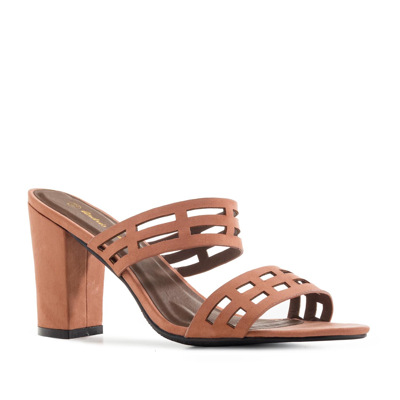 Semišové páskové sandále na podpatku. Starorůžová.