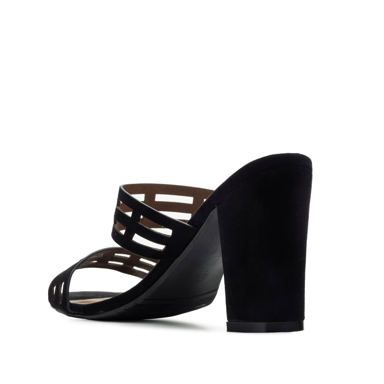 Semišové páskové sandále na podpatku. Černá.