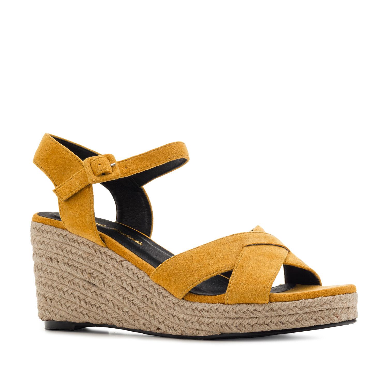 Semišové páskové sandále na klínu. Žlutá okrová.