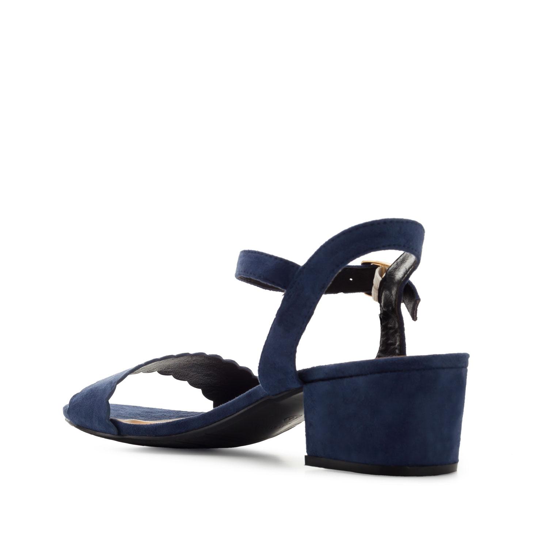 Jednoduché páskové sandálky na podpatku. Modrý semiš.