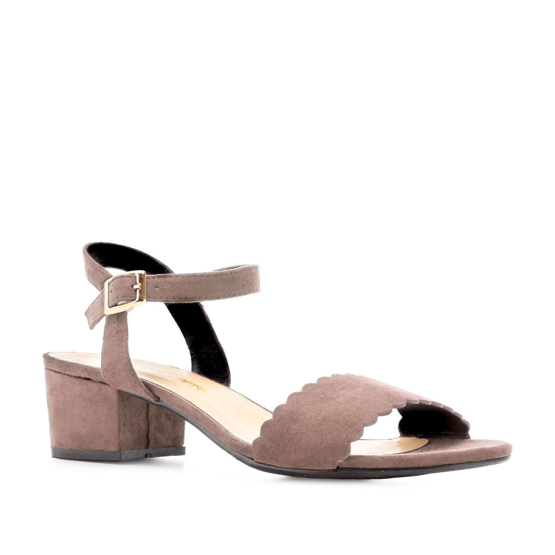 Jednoduché páskové sandálky na podpatku. Pudrový semiš.