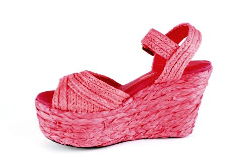 Sandalias en Rafia Rojo y Cuña de 10 cm.