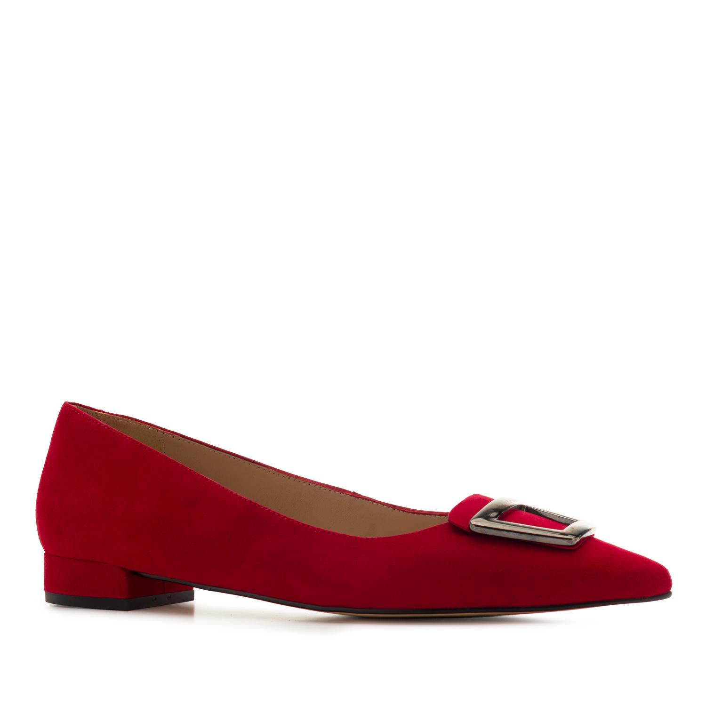 Punaiset solkikoriste mokkanahkaiset loaferit, myös vuoret ovat nahkaa
