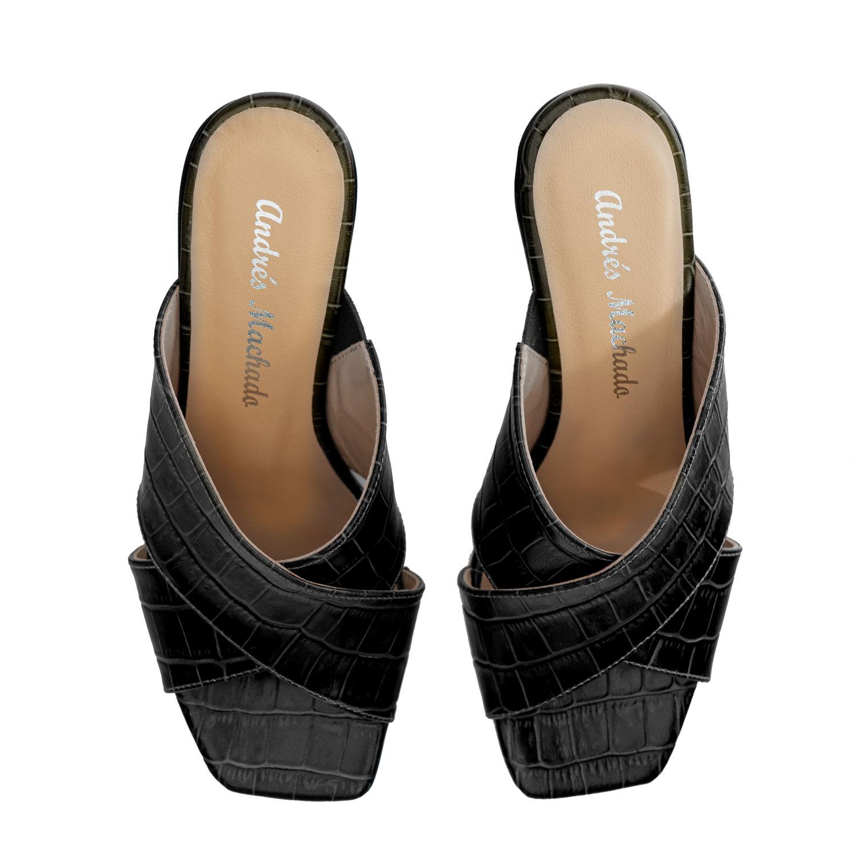 Mustat nahkaiset tolppakorko pistokkaat