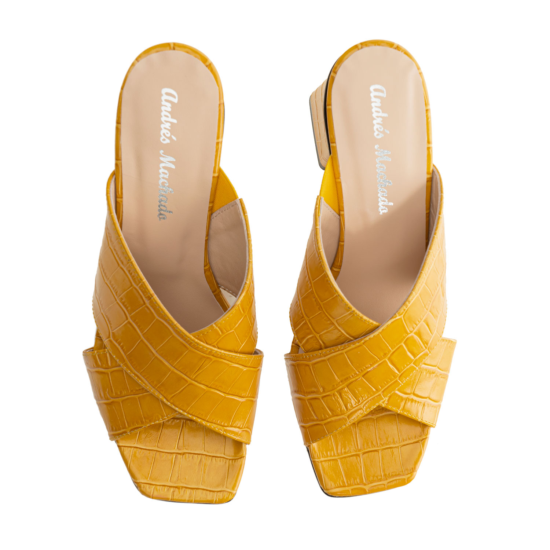 Sandalias en piel coco de color Mostaza