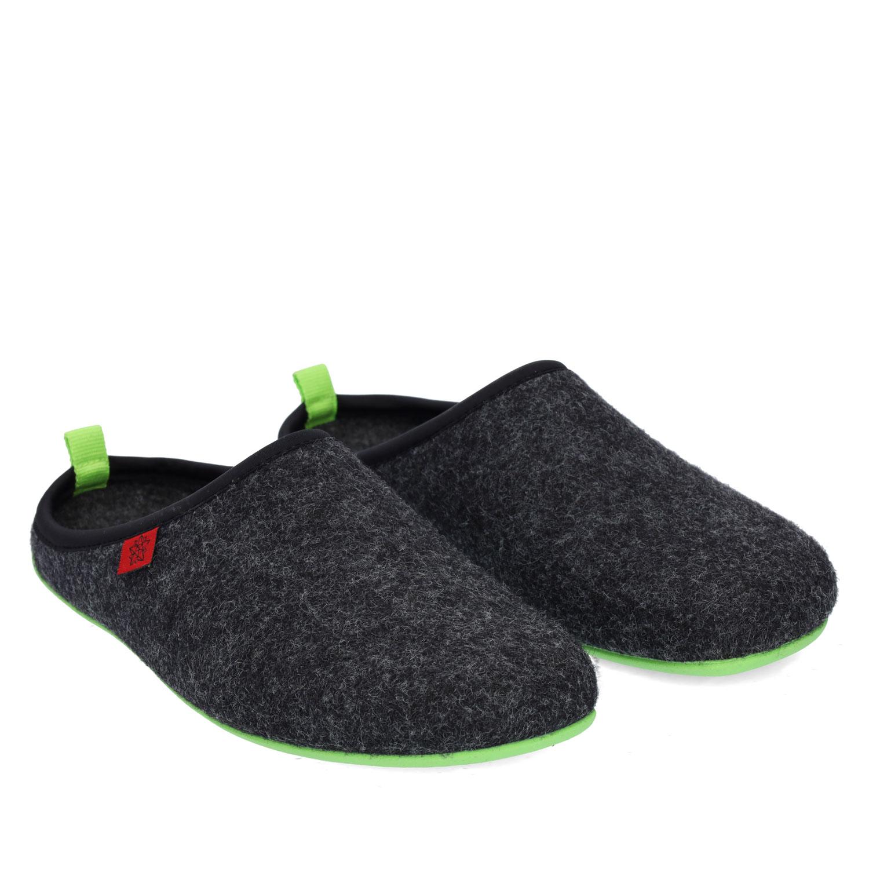 Pantofle Alpino ve stylu dřeváků. Černé, zelená podrážka.