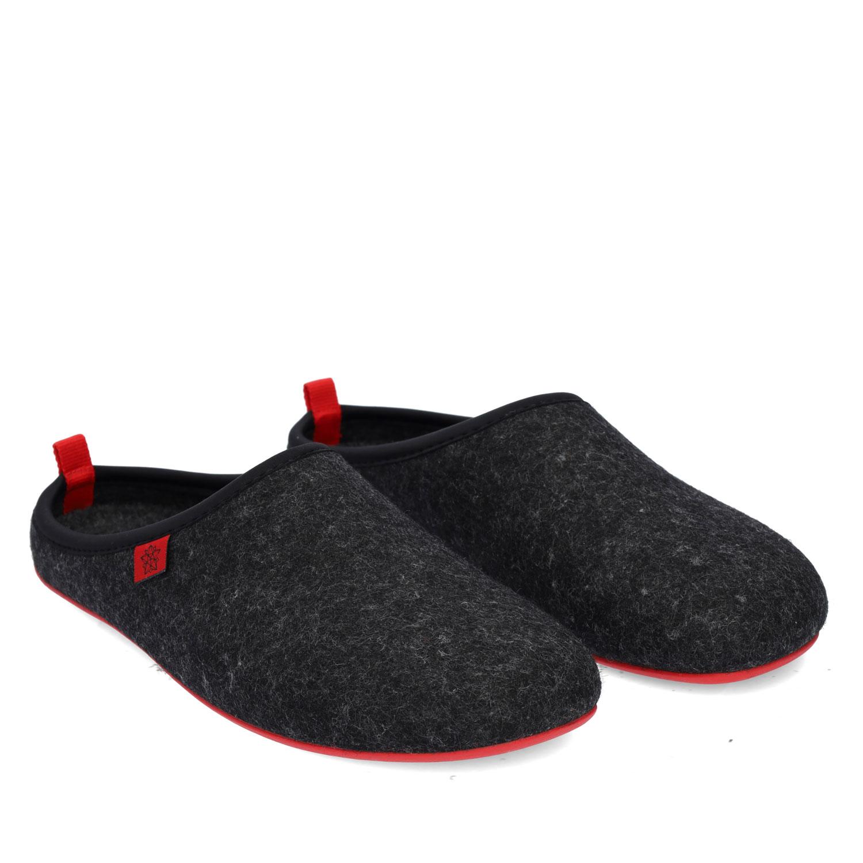 Pantofle Alpino ve stylu dřeváků. Černé, červená podrážka.