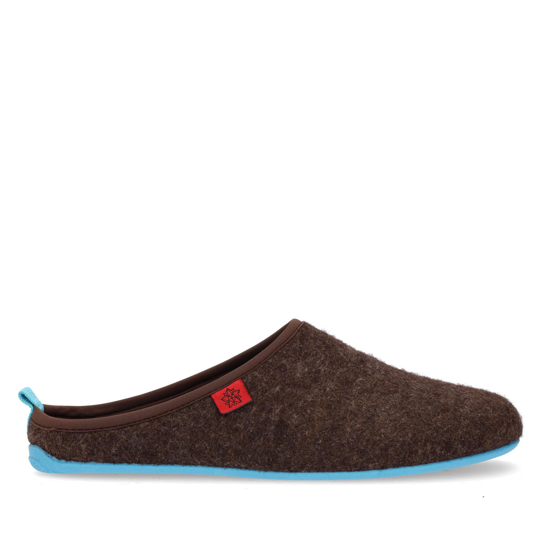 Pantofle Alpino ve stylu dřeváků. Hnědé, modrá podrážka.