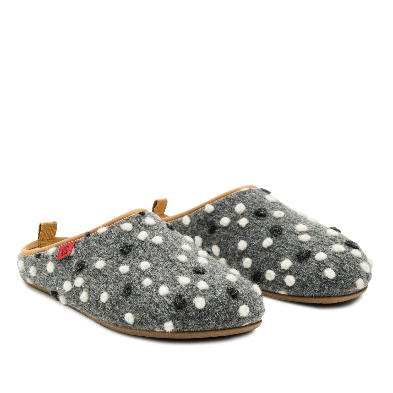 Pantofle Alpino ve stylu dřeváků. Barva šedá s puntíky.