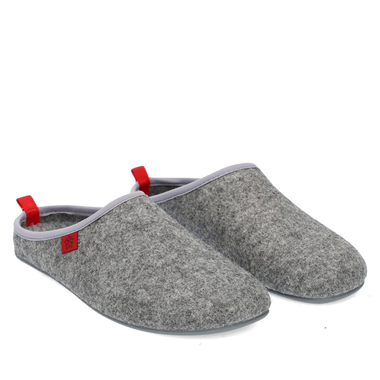 Domácí pantofle Alpino ve stylu dřeváků. Barva šedá.