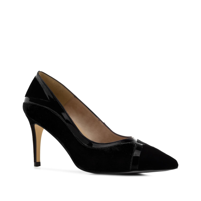 Musta nahkainen stiletto avoas