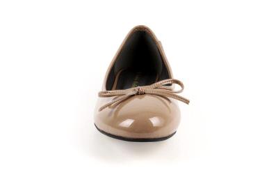 Ruskea lakeerijäljitelmä ballerina matalalla korolla