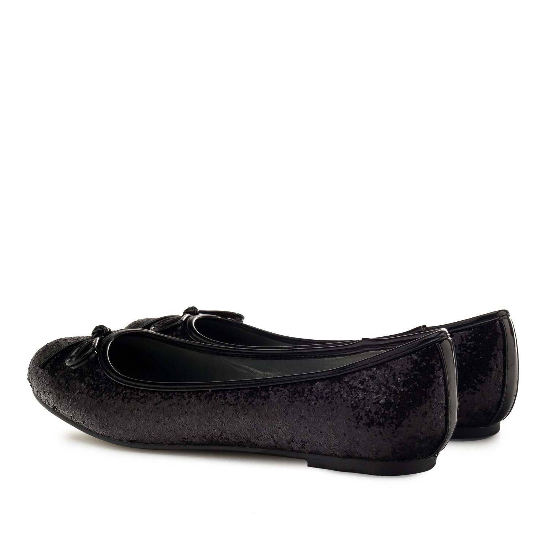 Mustat kiiltäväpintaiset ballerinat